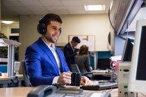 Офіс співробітник, який працює на комп'ютері з кавою — стокове фото