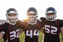 Giocatori di football in posa sul campo — Foto stock