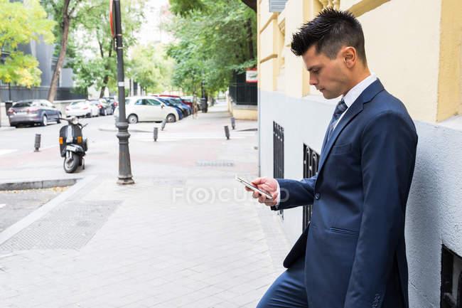 Бізнесмен в костюмі за допомогою смартфона — стокове фото