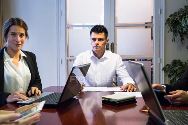 Discuter des travaux des gens d'affaires — Photo de stock