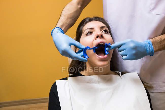 Dentist doing hygiene procedure to patient — Stock Photo