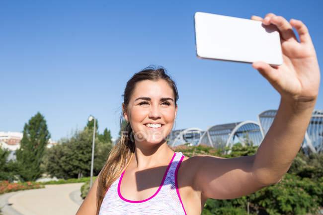 Frau tut selfie — Stockfoto