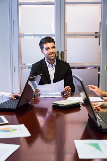 Empresário, discutindo o trabalho com os colegas — Fotografia de Stock