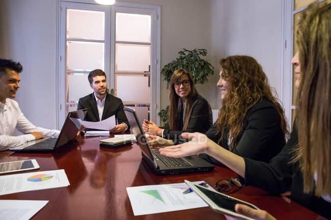 Discuter des idées lors de réunion de travail des gens d'affaires — Photo de stock