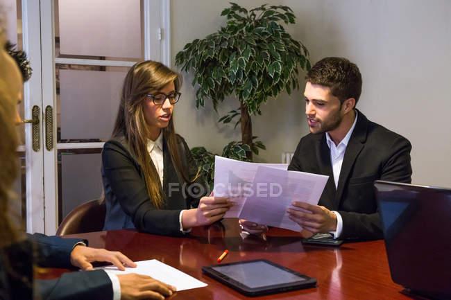 Деловые люди обсуждают работать на заседании — стоковое фото