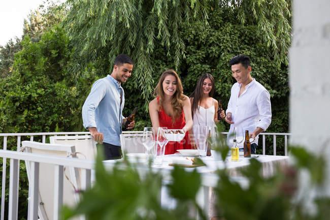 Amis ont fête en plein air — Photo de stock