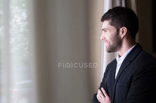Homme d'affaires debout avec les bras croisés — Photo de stock