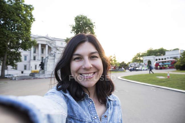 Frau nehmen Selfie in London — Stockfoto