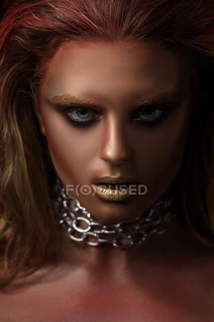 Портрет женщины с косметикой фэнтези, глядя на камеру — стоковое фото