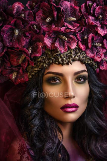 Портрет женщины в большой цветочной короне — стоковое фото