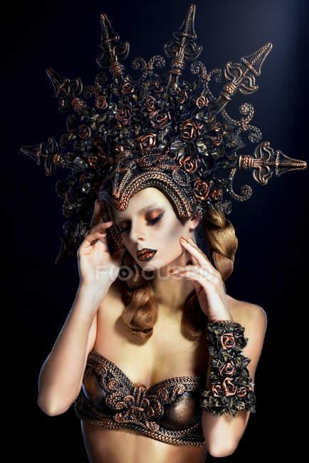 Жінка з фантазія макіяж носити великі корони і зворушливо обличчя — стокове фото