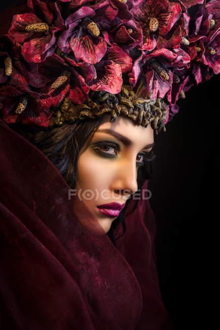 Профиль женщины с большой цветочной короной — стоковое фото