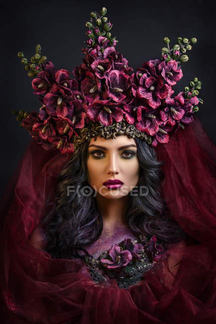 Фронтальний вид жінки носять великими квітковими корони — стокове фото
