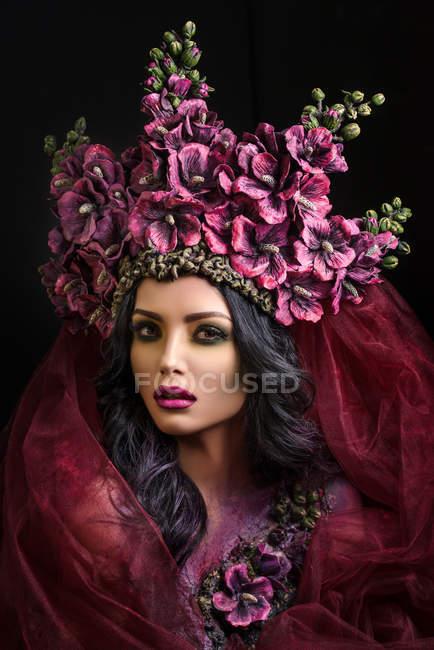 Портрет жінки носять великими квітковими корони — стокове фото