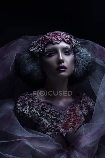Портрет женщины с фантазией макияжа и боди-арта — стоковое фото