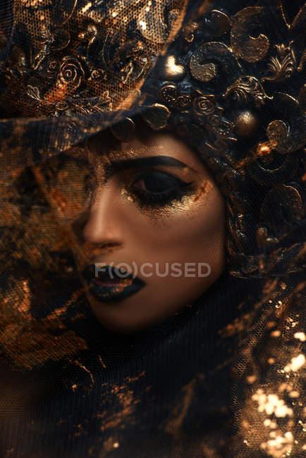 Крупним планом постріл жінка з фантазія макіяж носіння корони — стокове фото