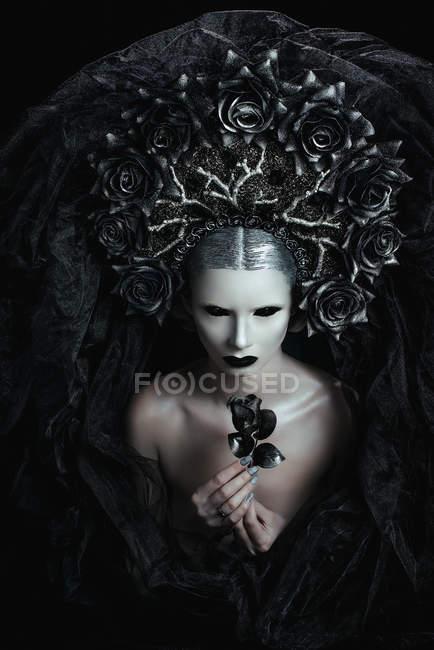 Портрет жінка з фантазія макіяж носити великі корони — стокове фото
