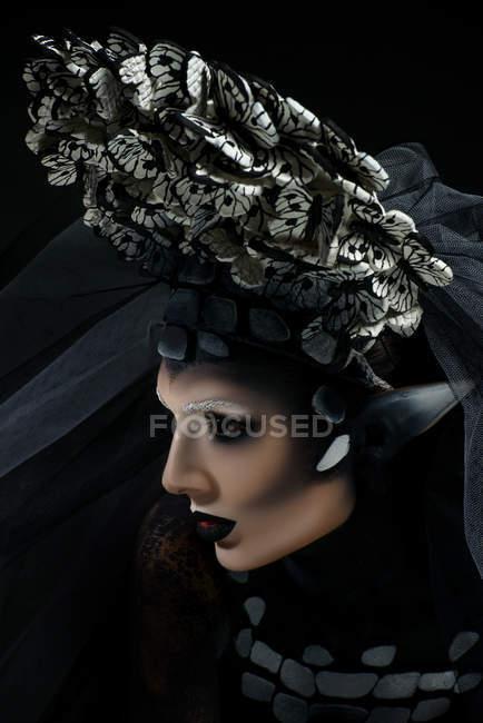 Профиль с фантазией макияж носить большую корону — стоковое фото