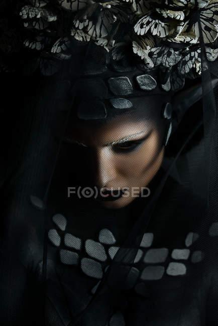 Портрет женщины с фантазией макияж носить корону — стоковое фото