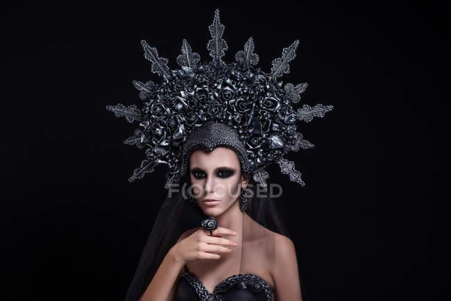 Портрет жінки з макіяжем у короні та пальцях. — стокове фото