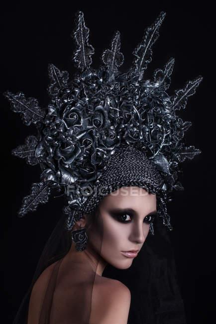 Портрет жінки з макіяжем у срібній короні. — стокове фото