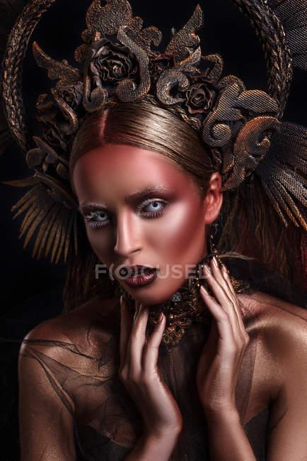 Портрет жінка з макіяжу та боді мистецтва моди носіння корони — стокове фото