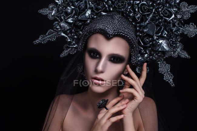 Retrato de mulher com maquiagem de moda vestindo coroa e anel de dedo — Fotografia de Stock