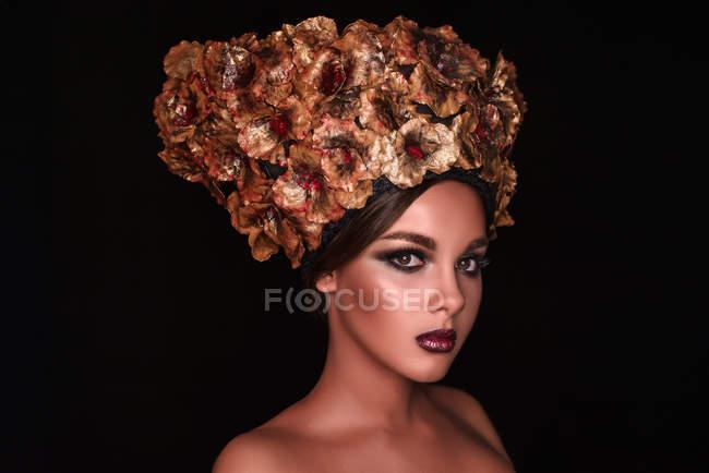 Жінка з макіяжем у квітковій короні. — стокове фото
