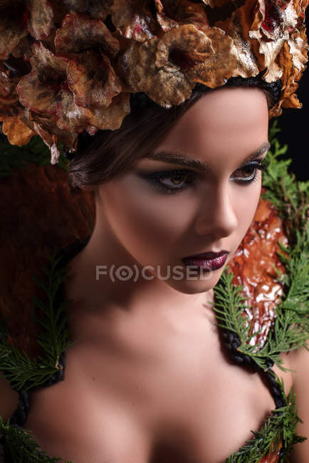 Donna con trucco moda indossando fiore corona e abiti floreali — Foto stock