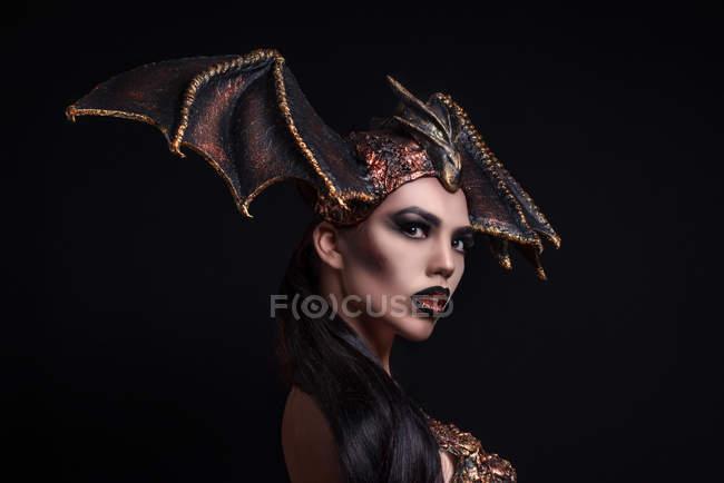 Жінка з макіяжем у драконівському стилі. — стокове фото