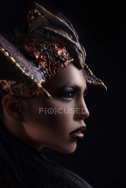 Профиль женщины с макияжем в короне в стиле дракона — стоковое фото