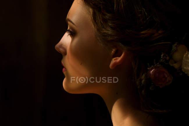 Mujer con moda maquillaje y peinado - foto de stock