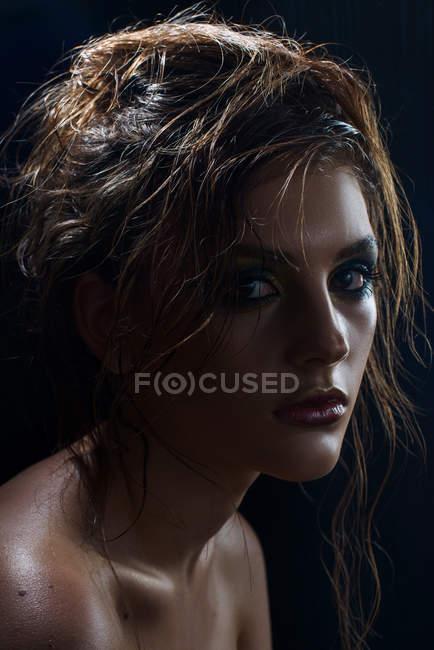 Женщина с мода макияж и прическа — стоковое фото