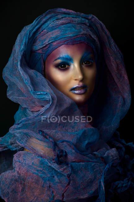 Женщина с фантазией красочный макияж — стоковое фото