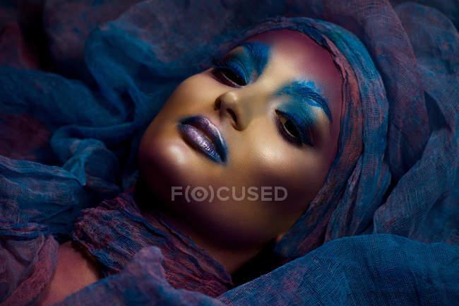 Mulher com fantasia maquiagem colorida — Fotografia de Stock