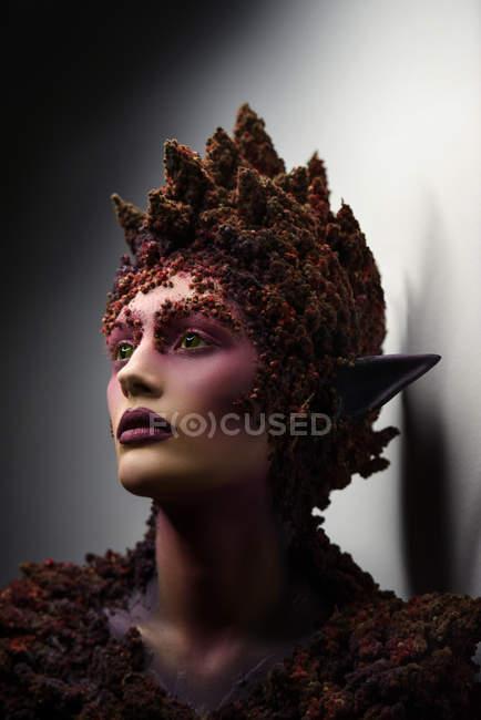 Молодая женщина с фантазии искусства макияж и цветочные украшения, глядя — стоковое фото
