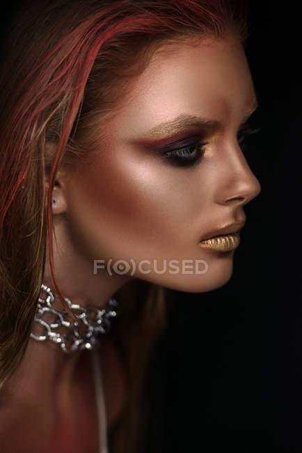Frauenporträt mit Fantasie-Make-up und Kette am Hals — Stockfoto