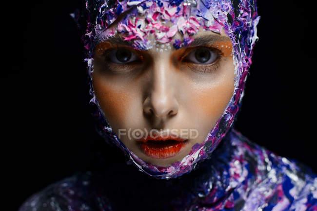 Joven hermosa mujer con maquillaje creativo y fantasía traje posando - foto de stock