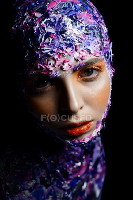 Giovane bella donna con trucco creativo e costume fantasia posa — Foto stock