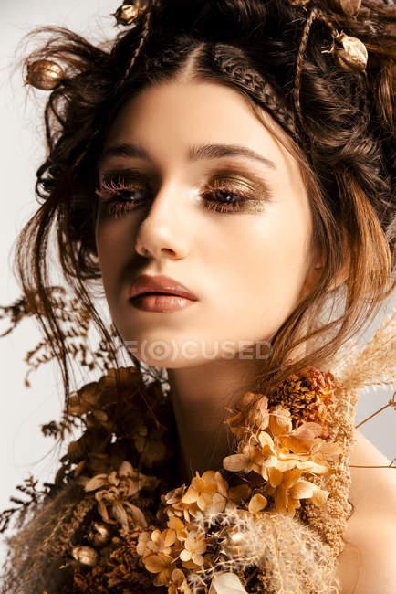 Приваблива модна жінка з золотим косметиком і вінком. — стокове фото
