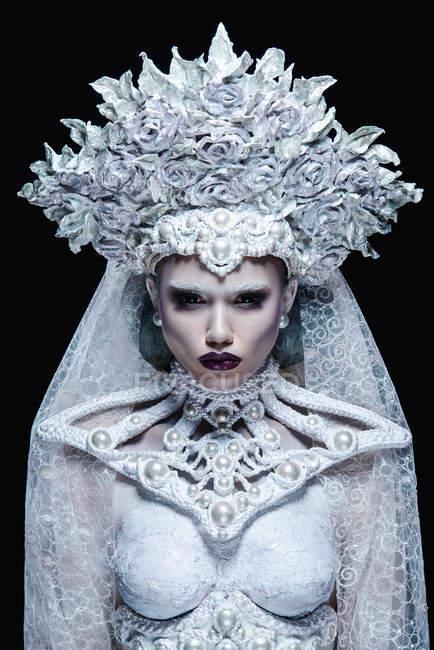 Mulher elegante com coroa branca posando em estúdio — Fotografia de Stock
