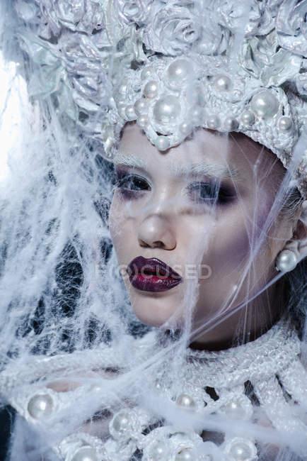 Модна жінка з білою короною в студії — стокове фото