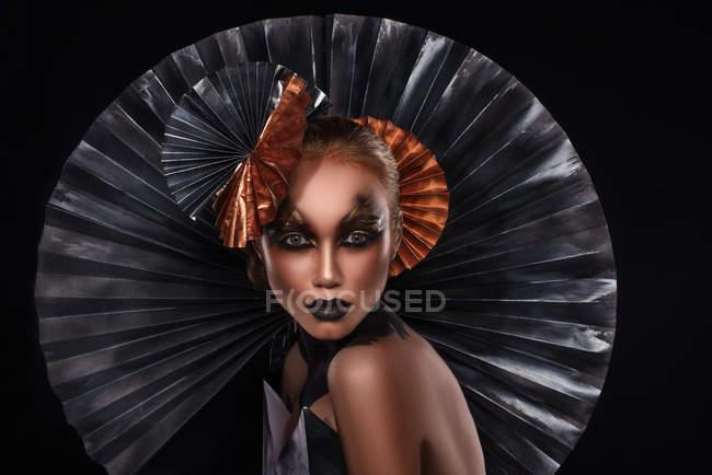 Привлекательная модная женщина в творческом костюме позирует в студии — стоковое фото