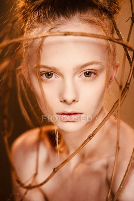 Модная женщина с творческим макияжем — стоковое фото