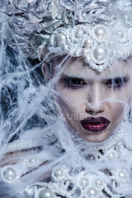 Modische Frau mit weißer Krone posiert im Studio — Stockfoto