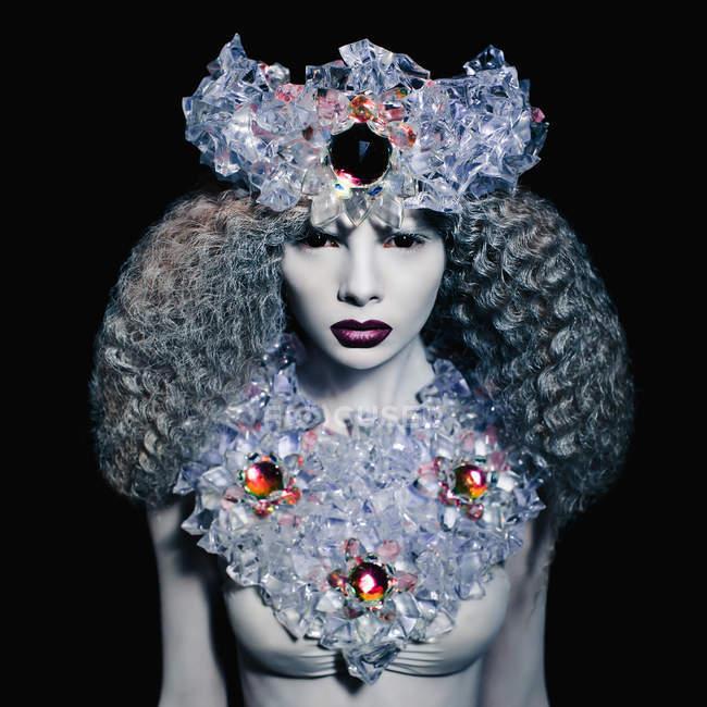 Модна жінка з білою короною з льодом поставлена в студії — стокове фото