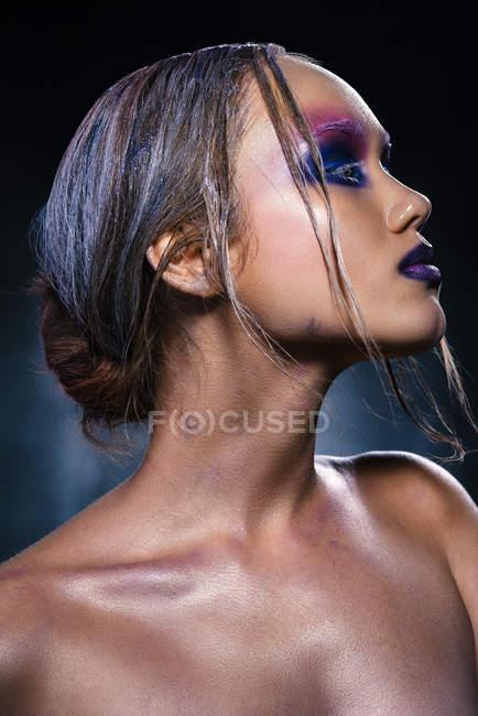 Mulher na moda com criativo compõem posando — Fotografia de Stock