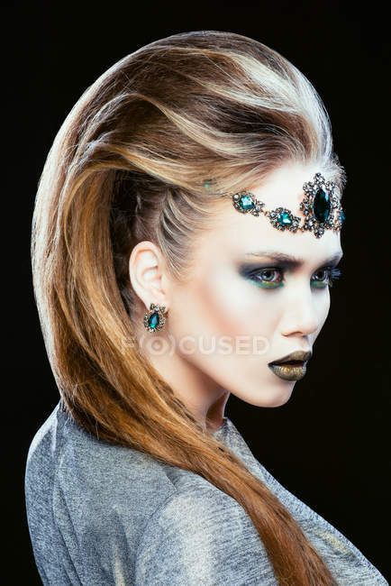 Attraktive modische Frau posiert im Studio — Stockfoto