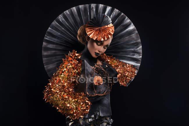 Привлекательная модная женщина в креативном костюме позирует в студии — стоковое фото