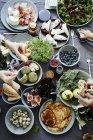 Mesa de desayuno con platos saludables - foto de stock